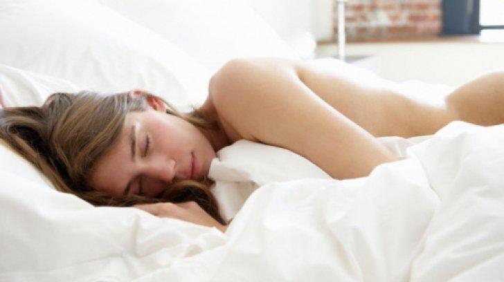 Ajuns acasă, a găsit o femeie necunoscută, dormind dezbrăcată în patul lui. A făcut un singur lucru