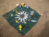 altar de Ostara después del ritual, con mandala floral hecha colectivamente