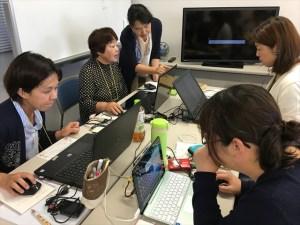 パソコンに撮影した写真を取り込む参加者