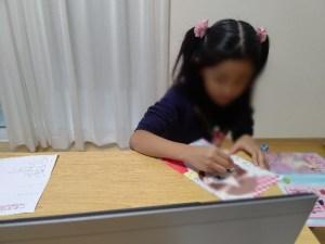 お絵かきでメイクの練習をする女の子
