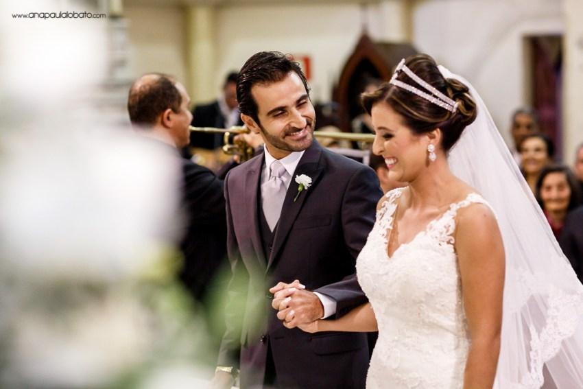 Noivo árabe sorri ao receber a linda noiva no altar