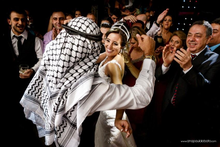 Noivos são aplaudidos enquanto realizam dança árabe no casamento