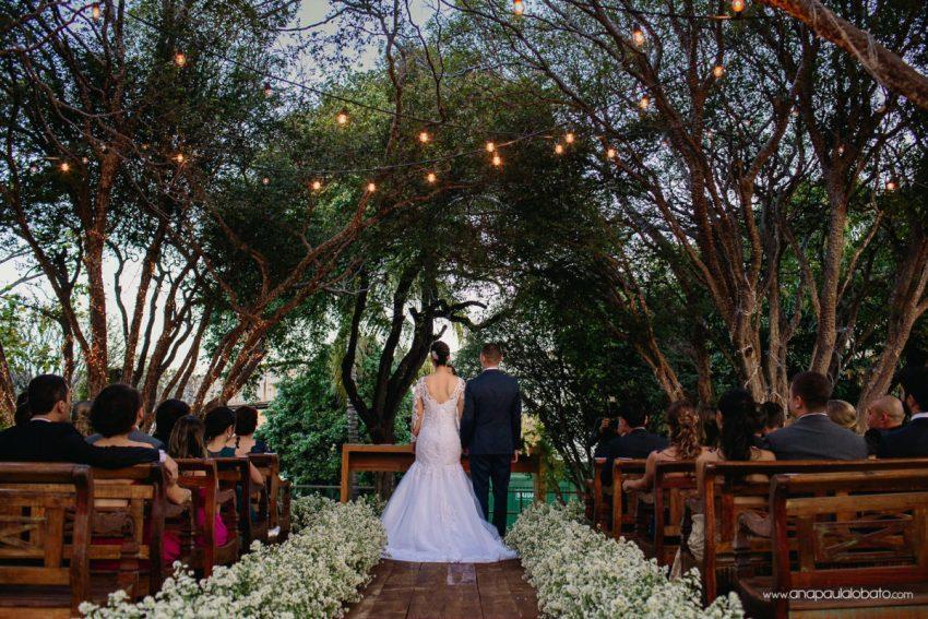 cerimônia de casamento com luzinhas no altar