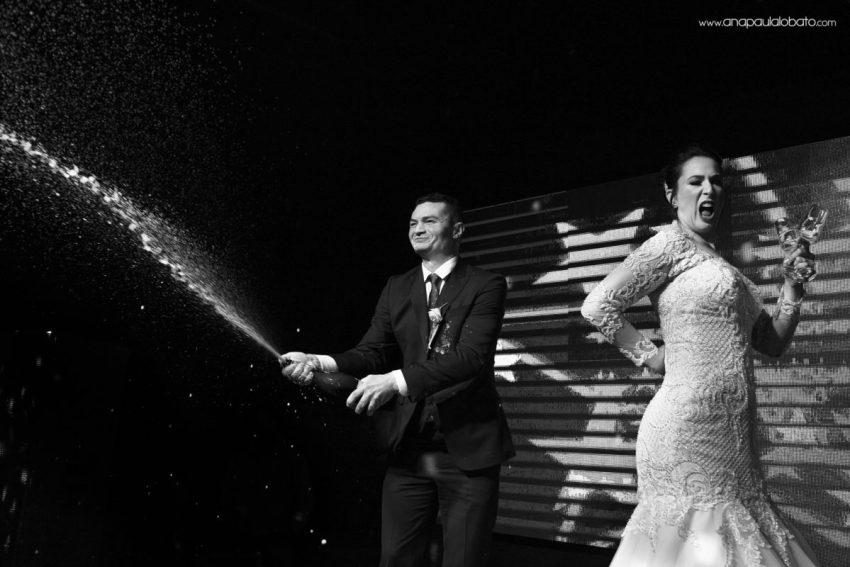 fotógrafo de casamento em BH faz foto criativa de noivos no palco