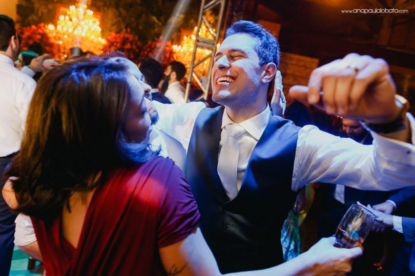 noivo alegra dançando