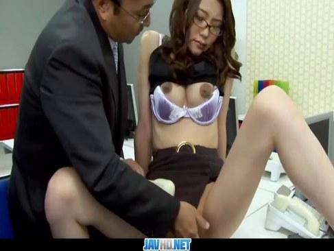 残業中の美人OLが変態上司にセクハラされ尻穴にチンポを挿入されるアナル動画無料