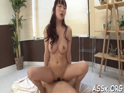 ブサカワな美巨乳ギャルがおまんこと肛門に生チンポを挿入してるアナル動画