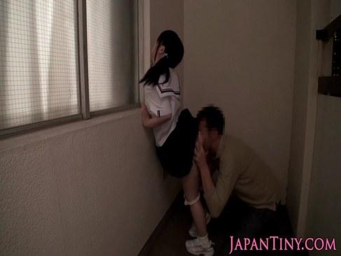 セーラー服姿の小柄な美少女が変態に2穴をべろべろ舐められてるアナル動画