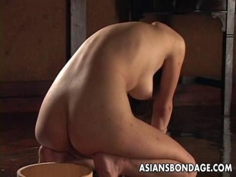四つん這いで拘束された美尻お姉さんが肛門を弄られ悶絶してるアナル動画無料
