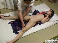 マッサージ師に浴衣と下着を脱がされ2穴を弄られる美尻ギャルのアナル動画無料日本人