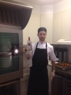 O resto da cozinha e o meu filho Bjarne a sonhar com uma bebida depois do servico.