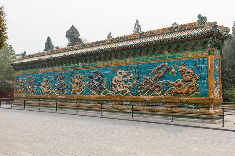 Стена Девяти Драконов в парке Бэйхай, Пекин