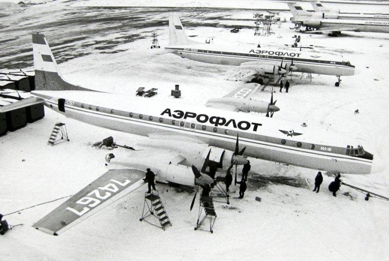 Предполетная подготовка самолета Ил-18Д в аэропорту Внуково (Москва)