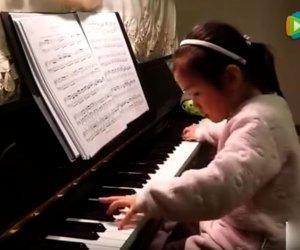 Китайская девочка играет на пианино