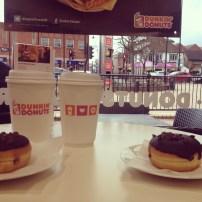 Dunkin Dounuts, que vende um café muito bom na loja!