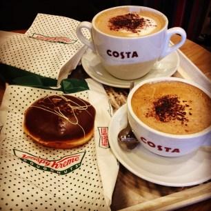 "Compramos no mercado doughnuts Krip y Kreme e levamos no Cafe Costa pra tomar uns ""baldes"" de café junto!"