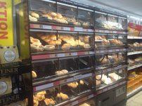 Pães e similares no mercadinho na Alemanha.