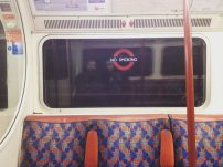 Dentro do trem na Bakerloo Line