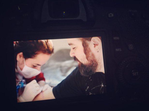E eu pude fotografar a sessão de tortura, digo, tatuagem do marido! haha :)