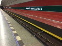 Estação de metrô da linha verde, que sai do aeroporto de Praga