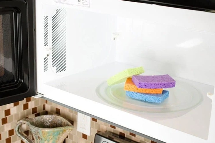 Clean sponges in microwave - Cleaning Tips. Learn how to use these easy natural cleaning products for home - cleaning tricks and tips for lazy people. Deep cleaning and professional tips and tricks. #cleaning #hacks #cleaningtips #tips #house #homedecor