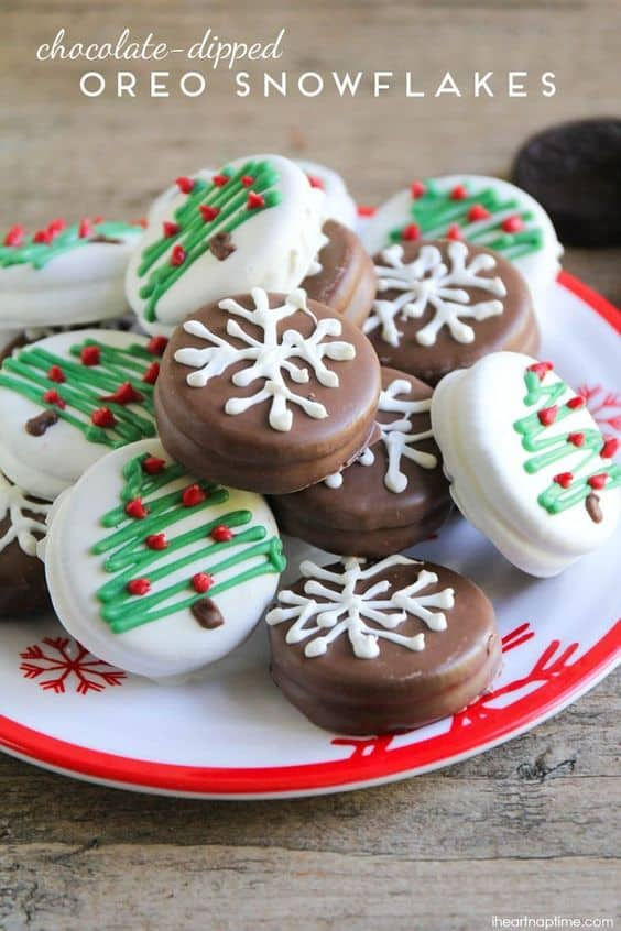 Chocolate Dipped Oreo Snowflakes - Best Christmas Desserts - Recipes and Christmas Treats to Try this Year! Try these amazing and cute easy Christmas dessert recipes to have a great party for your kids, friends, and family! Cupcakes, cakes, sweet bites, pies, brownies, home-made Christmas popcorn, Christmas cookies and other delights. #christmas #dessertfoodrecipes #xmas #recipes #food #christmasfood