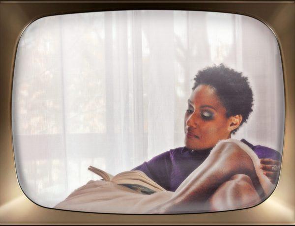 Méditation. Femme noire faisant de la lecture.