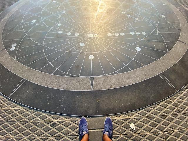 Ornementation sur le sol du Vieux Port de Jaffa représentant une carte vers les destinations commerciales et historiques importantes. Le point centrale de la carte est le port de Jaffa. Chaque cercle comprends le nom de la ville et sa distance en km depuis Jaffa.  Lieu: Vieux Port de Jaffa, Israël  Crédit Photo: Anathalie Jean-Charles