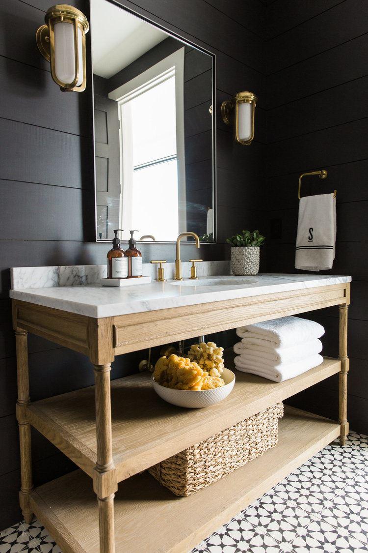 Baño en blanco y negro de estilo rústico e industrial chic