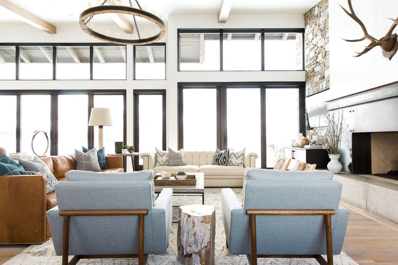 Sala de estar con chimenea de estilo mid-century moderno