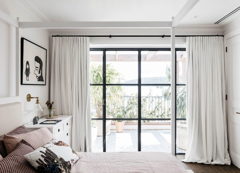 Dormitorio principal de estilo francés minimalista