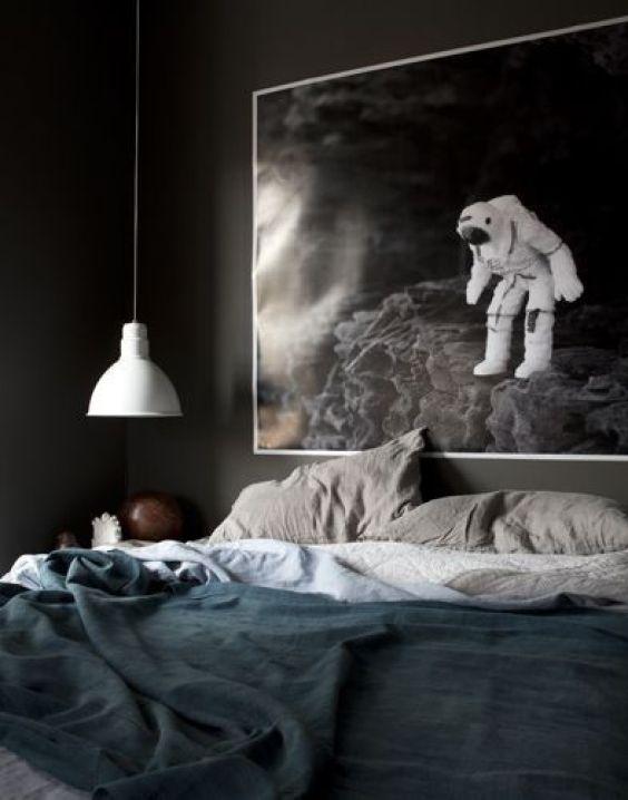 Dormitorio verde oscuro de estilo contemporáneo