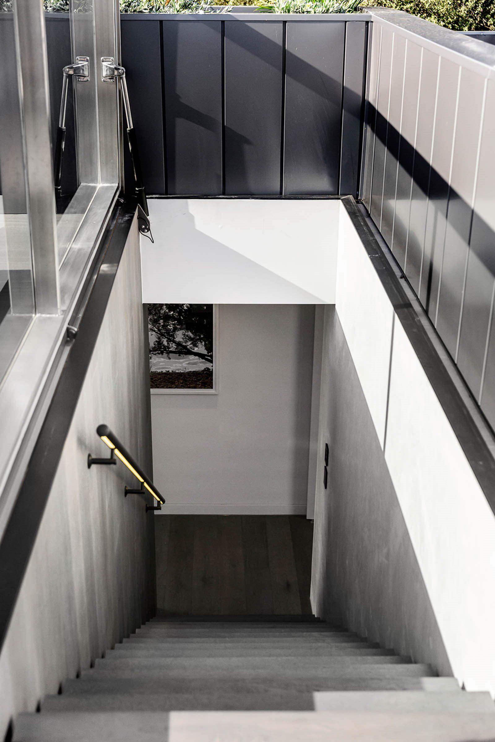 Escaleras con iluminación en la barandilla de estilo moderno