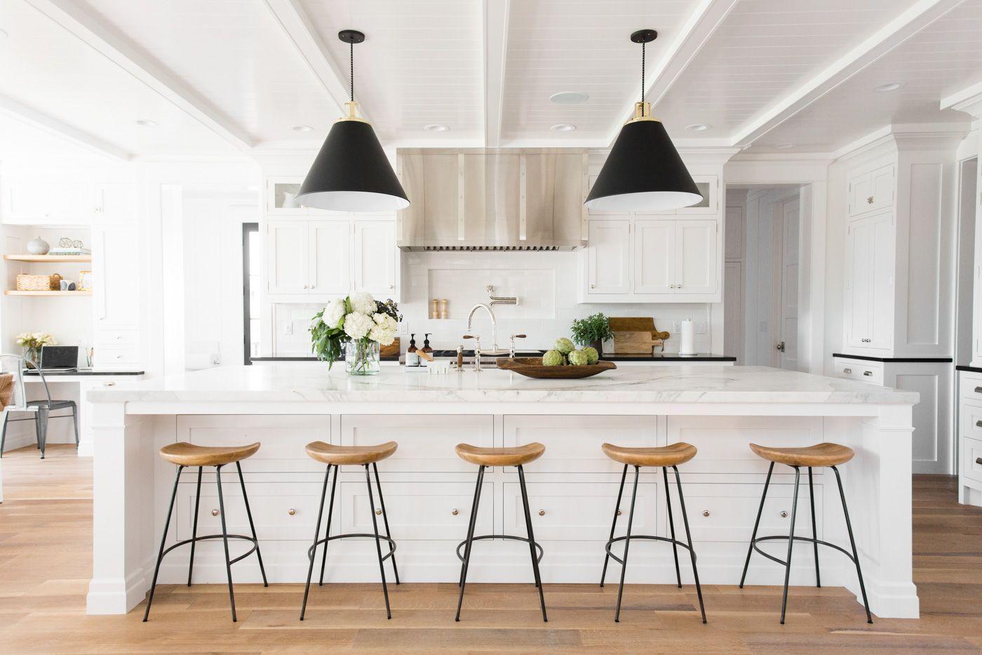 Cocina de estilo mid century moderno en blanco y negro