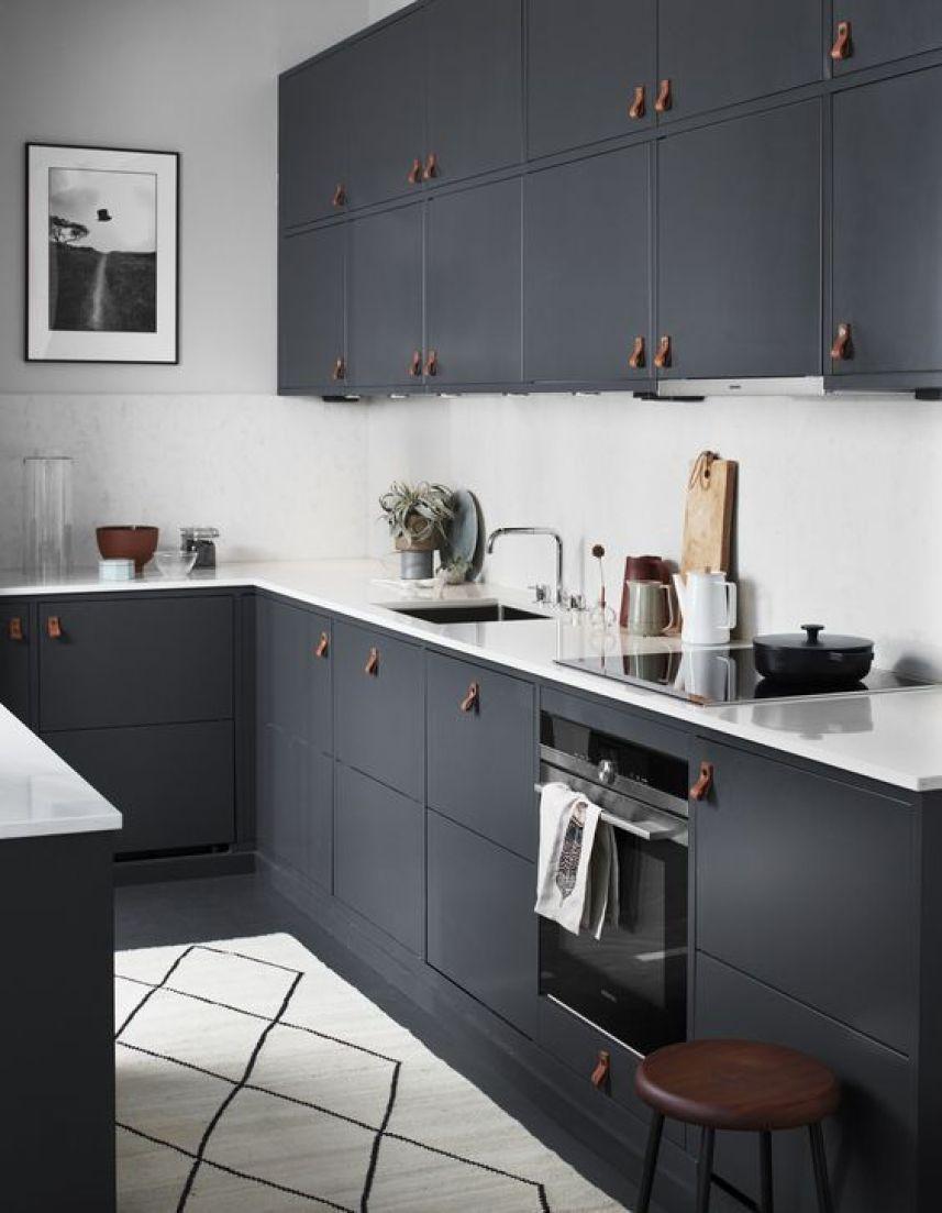 Cocina de estilo escandinavo de color gris oscuro y blanco
