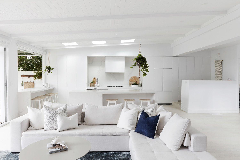 Zona de salón abierto a cocina de estilo contemporáneo y nórdico