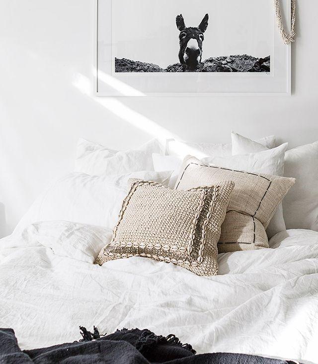 Deshazte de las pesadas mantas y en su lugar cámbialas por tejidos de lino o algodón