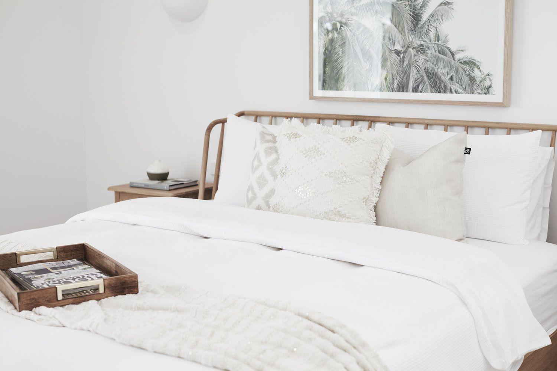 Habitación de invitados de estilo nórdico étnico con un ambiente neutro y calmado