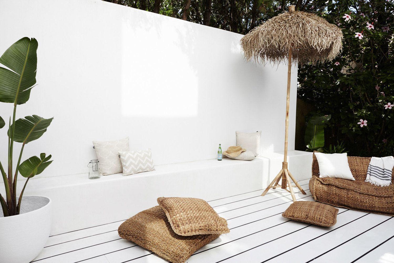 Patio de estilo rústico étnico minimalista en tonos neutros
