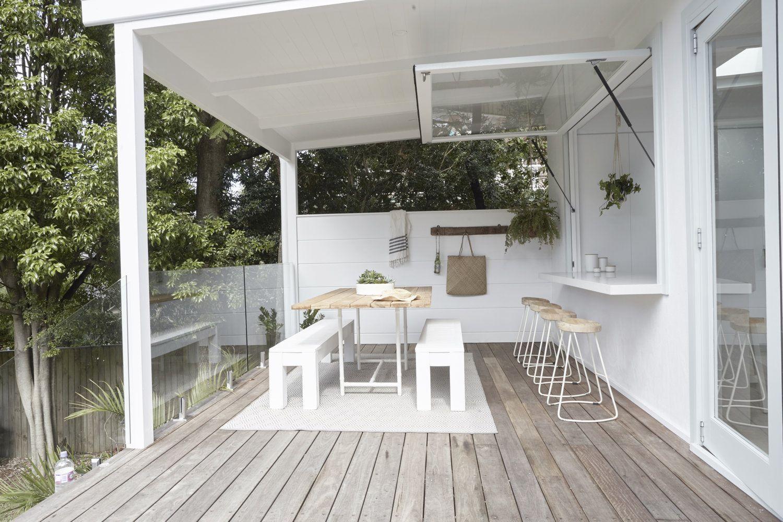 Terraza de verano en casa de estilo tropical