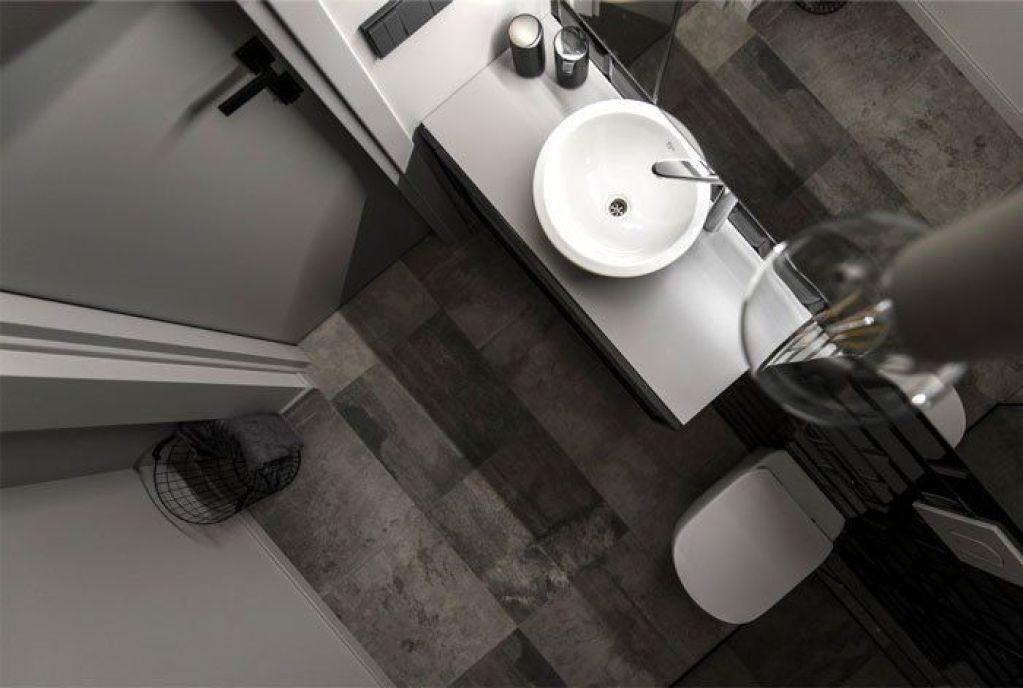 Baño de estilo industrial en blanco y negro de apartamento de 46 m2