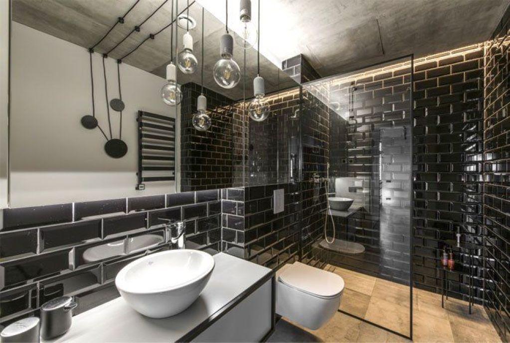 Baño en blanco y negro para un apartamento de estilo industrial