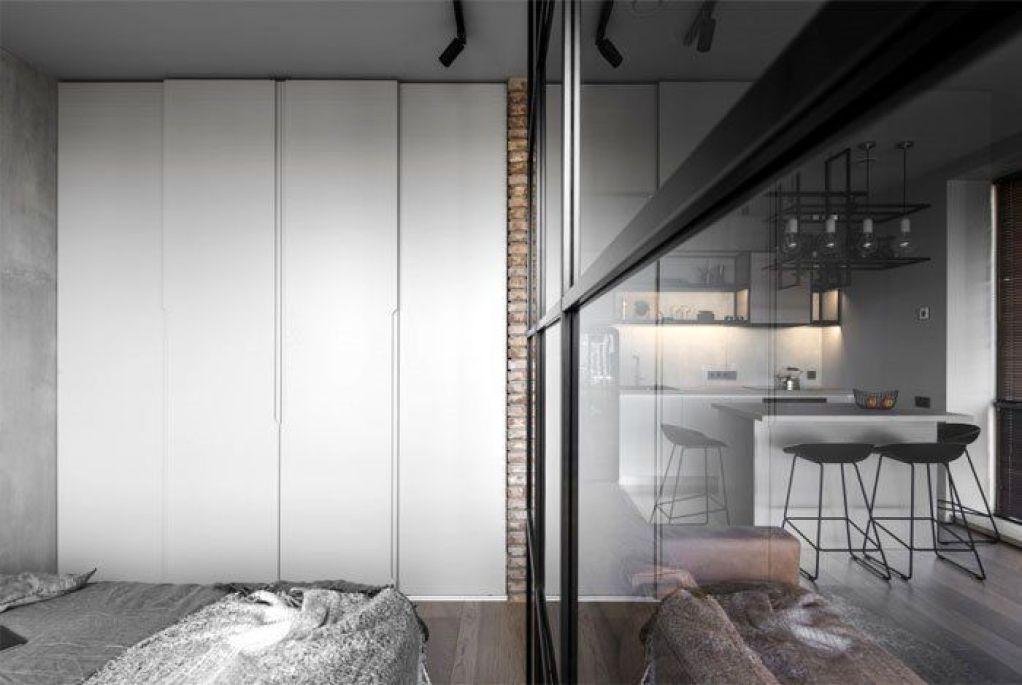 Separación de sala de estar y habitación a través de tabique de cristal