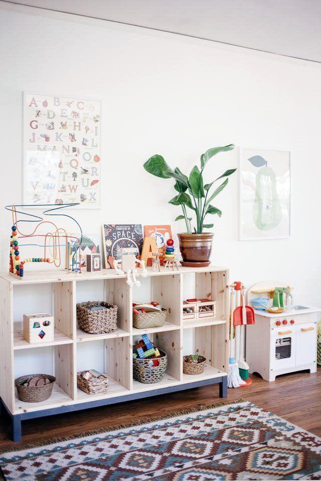 Habitación infantil de estilo nórdico vintage con método montessori