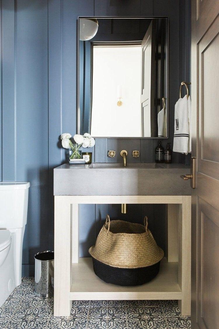 Aseo de color azul de estilo farmhouse rústico o clásico renovado