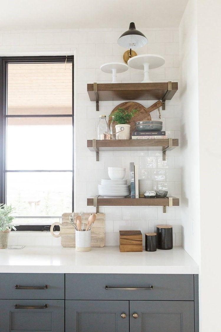 Detalle de cocina, estantes de madera para almacenaje extre de estilo farmhouse moderno