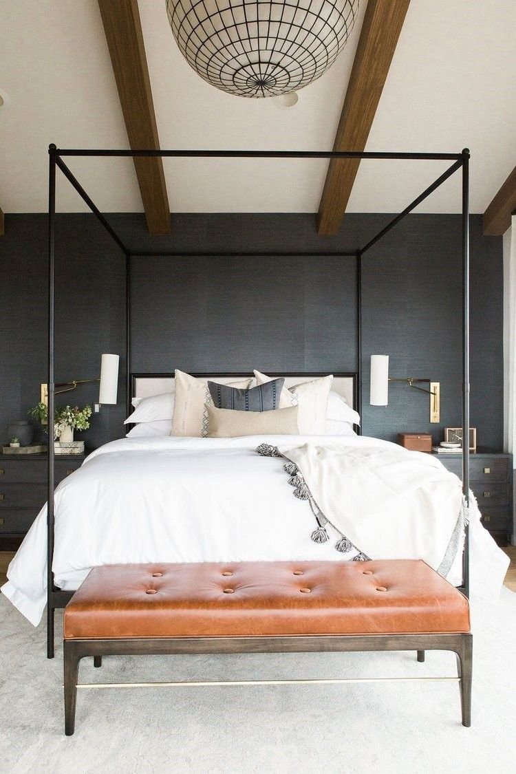 Detalle de habitación de estilo farmhouse moderno en azul oscuro profundo