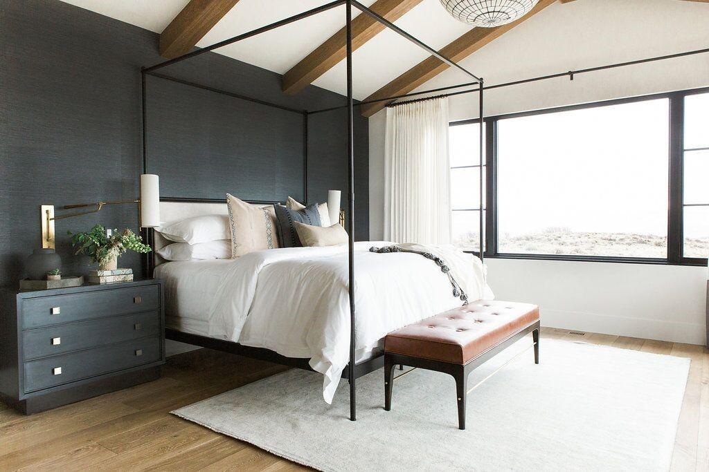 Habitación principal de estilo farmhouse moderno de tonos azules oscuros