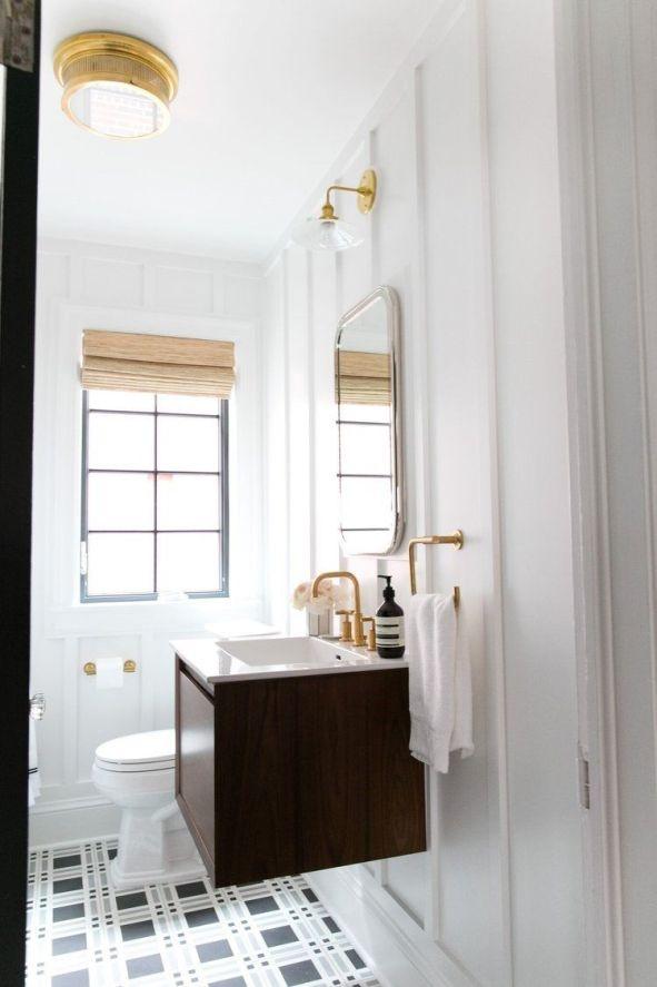 Baño de estilo farmhouse moderno de tonos neutros y detalles dorados por McGee @Utrillanais
