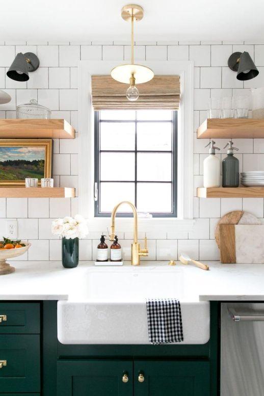 Cocina de estilo Farmhouse moderno, en tonos naturales blanco y verde, de suelo hidráulico y detalles en madera natural @Utrillanais